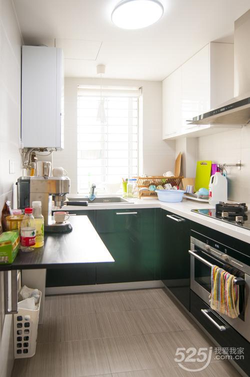 长17米68平装修2房半开放式厨房和客厅效果图